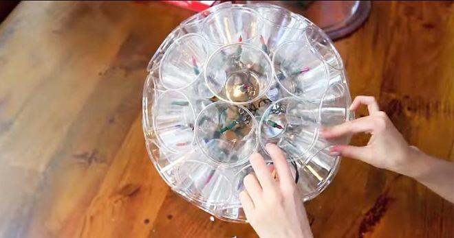 fabriquer une boule lumineuse avec des verres en plastique. Black Bedroom Furniture Sets. Home Design Ideas