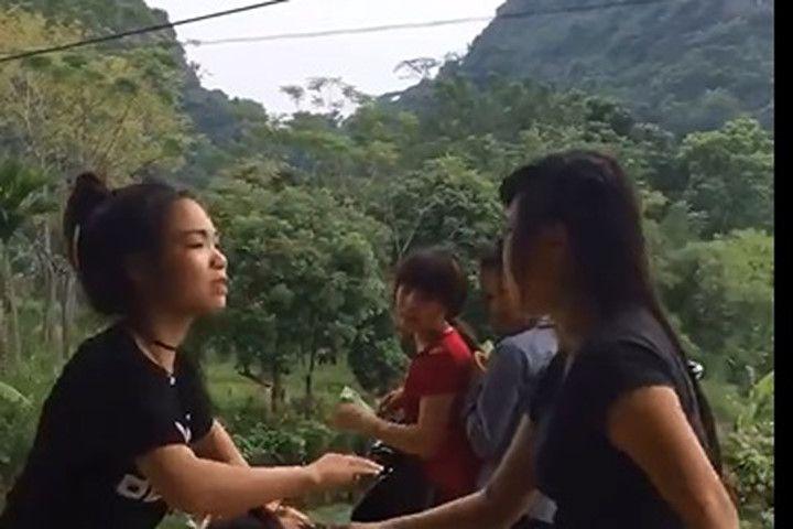 Cư dân mạng lại xôn xao với clip nữ sinh hành hung bạn giữa đường