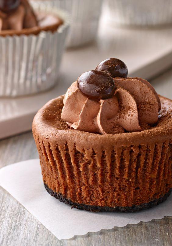 Mini cheesecakes a la moca- Esta receta de cheesecakes en miniatura lleva lo mejor del sabor a chocolate con un poco de café. Será el postre perfecto para la sobremesa festiva.