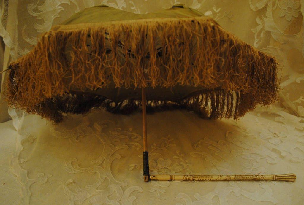 Stupendo ombrellino francese dell'800 con manico pieghevole in osso scolpito, ora nel mio negozio etsy: Antique French parasol carved bone folding handle & timeworn silk fabric late 1800's http://etsy.me/2nTQFMT