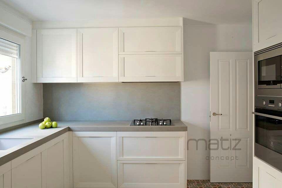 Cocina enmarcada lacada blanca. Bonito estilo retro | matiz concept ...