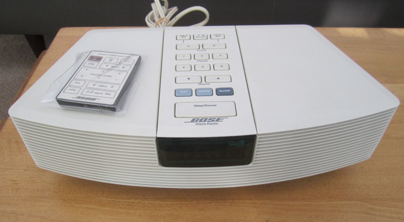 BOSE WAVE RADIO - MODEL AWR1W1 w/ NEW remote. Included : as shown - with  power cord. PDF of manual upon request. 9V back up battery not included.