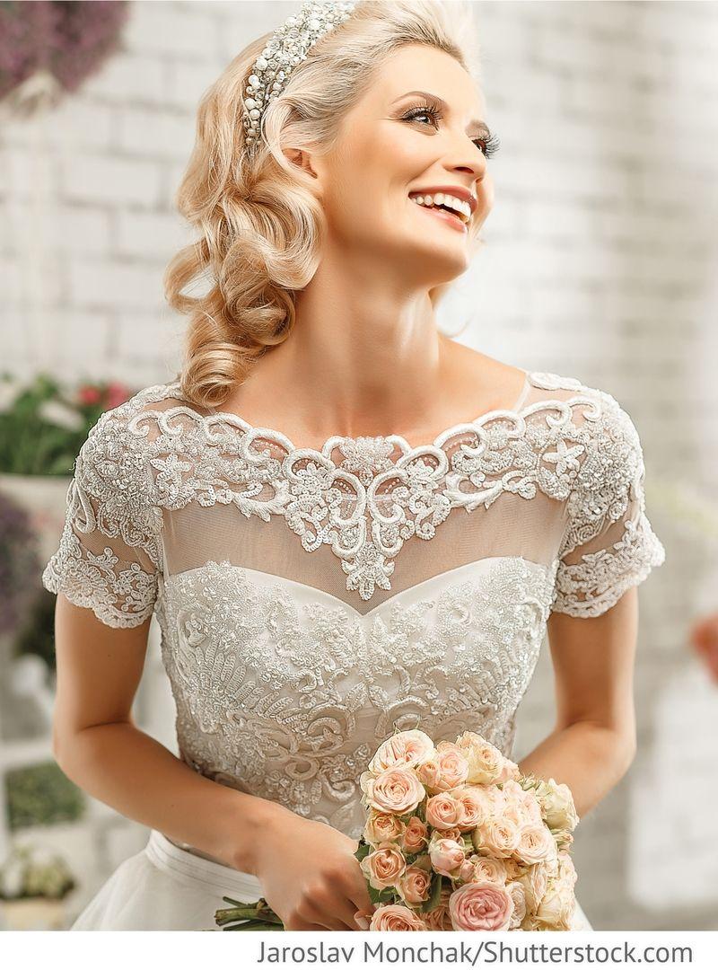 Blonde Braut im Kleid mit Stickereien für russische Hochzeiten ...
