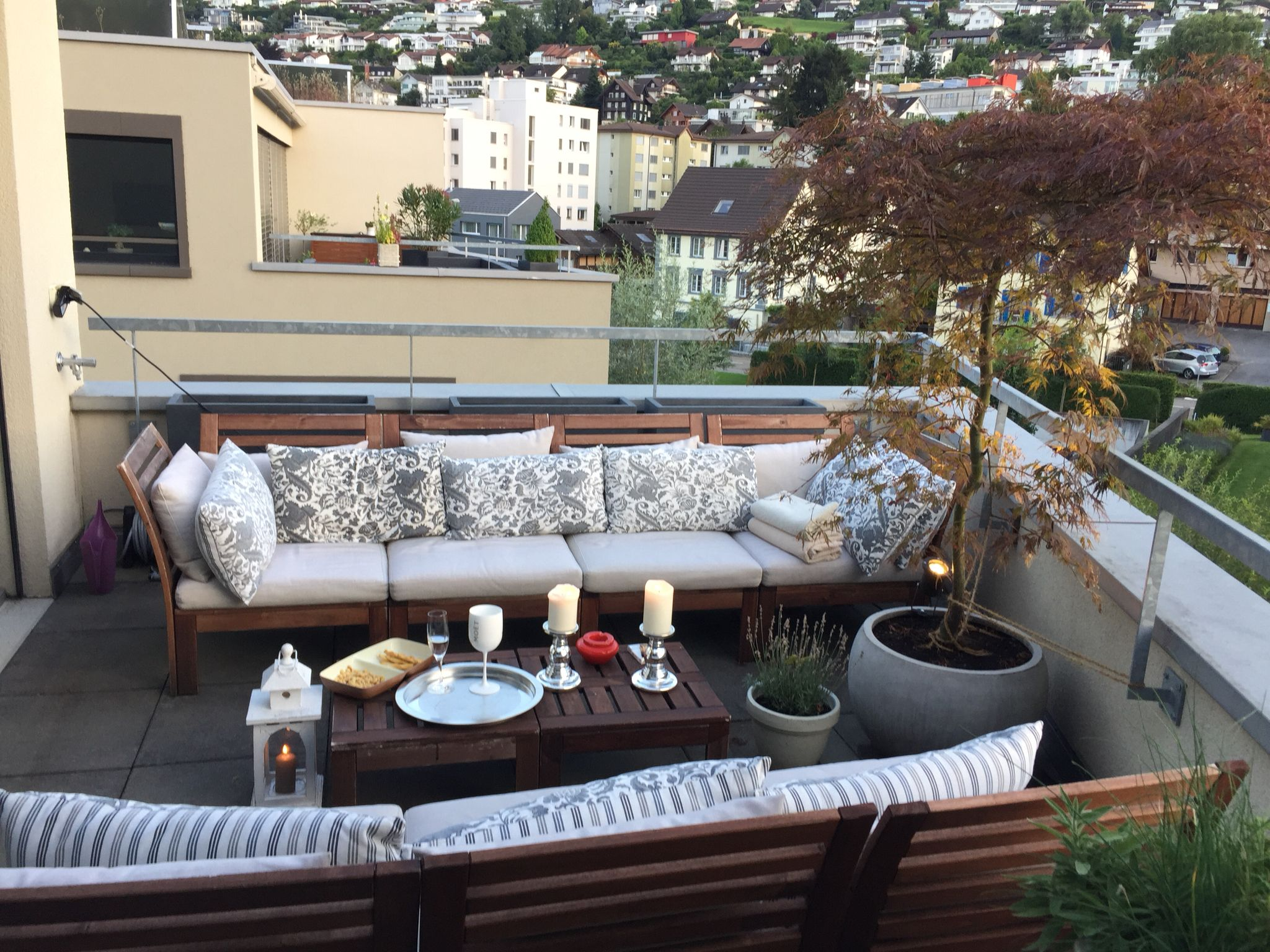 ikea balkon pplar balkon mit aussicht ikea lounge m bel mit kissen kerzen silbertablett und. Black Bedroom Furniture Sets. Home Design Ideas