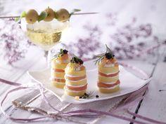 Polenta-Lachs-Türmchen mit Kaviar - eine tolle Vorspeise für das Weihnachtsmenü.| Kalorien: 284 Kcal - Zeit: 1 Std.  | http://eatsmarter.de/rezepte/polenta-lachs-tuermchen