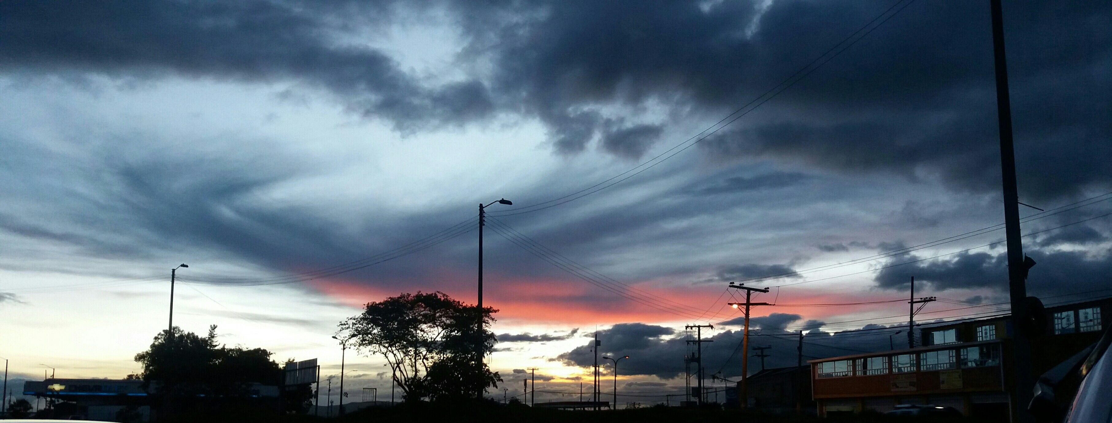 Asi se tiñe el cielo de Bogotá