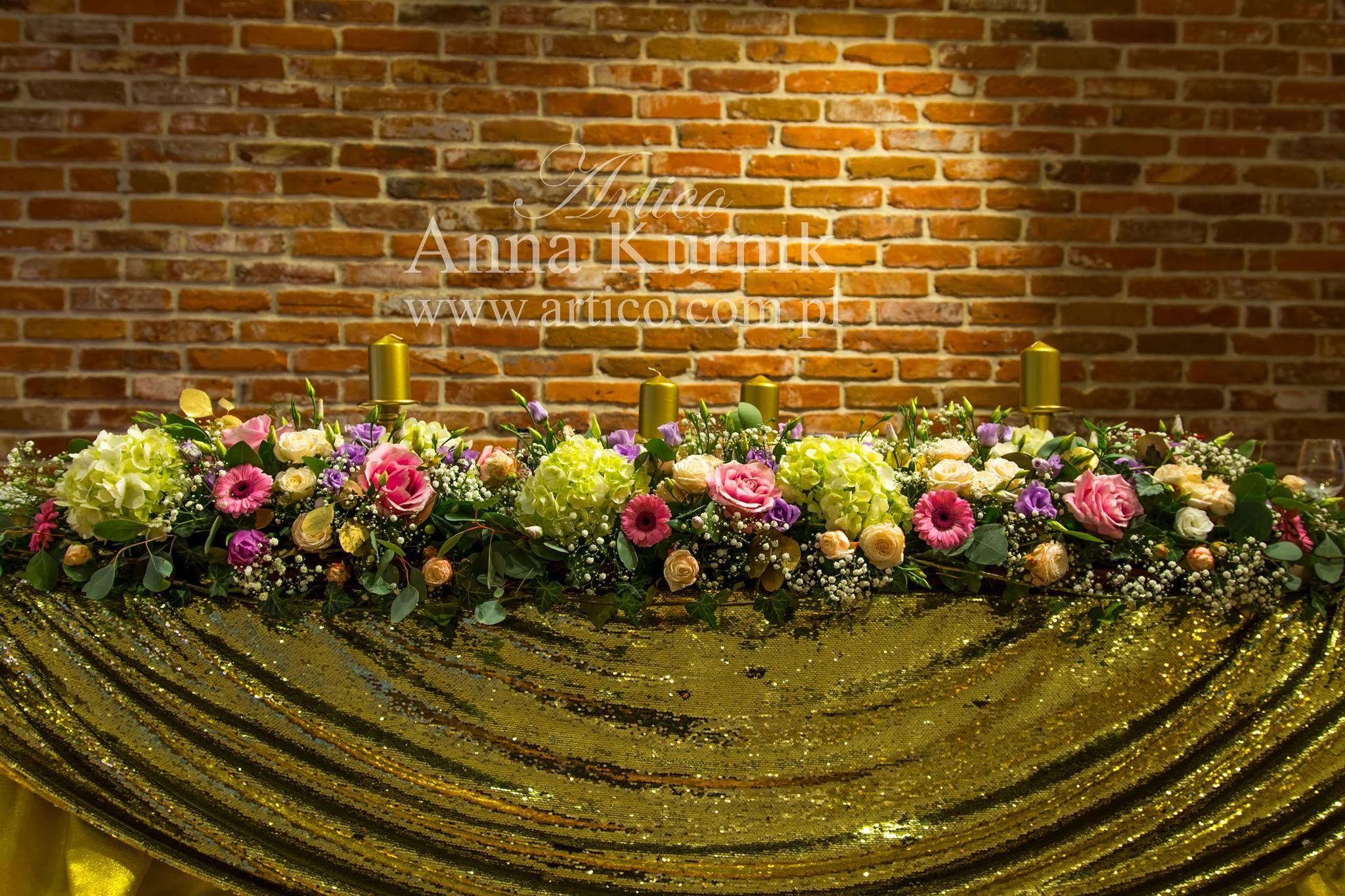 Stol Panstwa Mlodych Musi Byc Zjawiskowy Motywem Przewodnim Bylo Zloto Stol Panstwomlodzi Kwiaty Obrus Zloty Wedding Decorations Wedding Decor