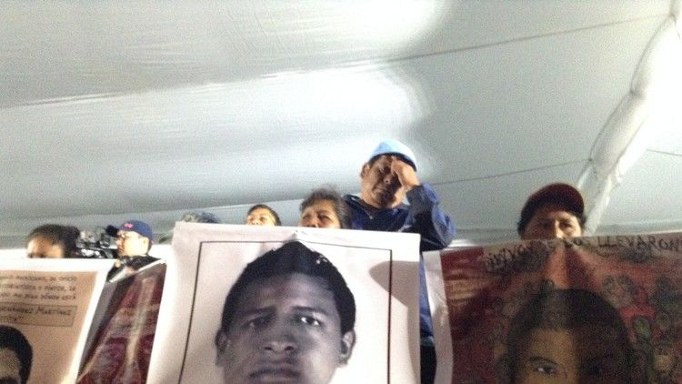 Familias de los 43 normalistas de Ayotzinapa.