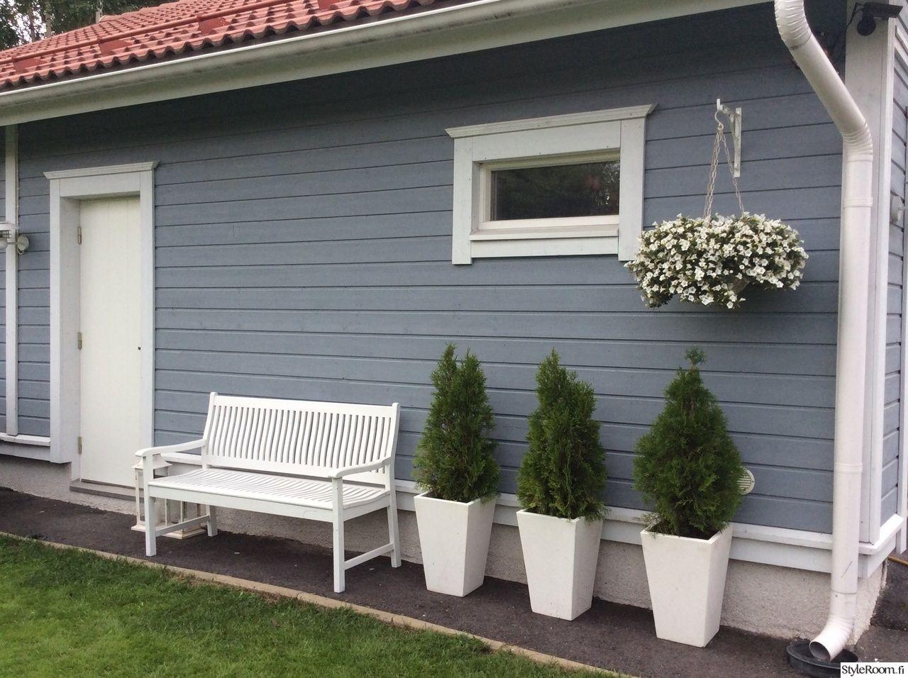Sinisen talomme puutarhassa ja terassilla.. Pieni suihkulähde terassin reunalla.. Takapihan terassi. Rentouttava paikka, ulkoporeet . Kesäkukat kauneimmillaan! . Kesäkukkaistutuksia.