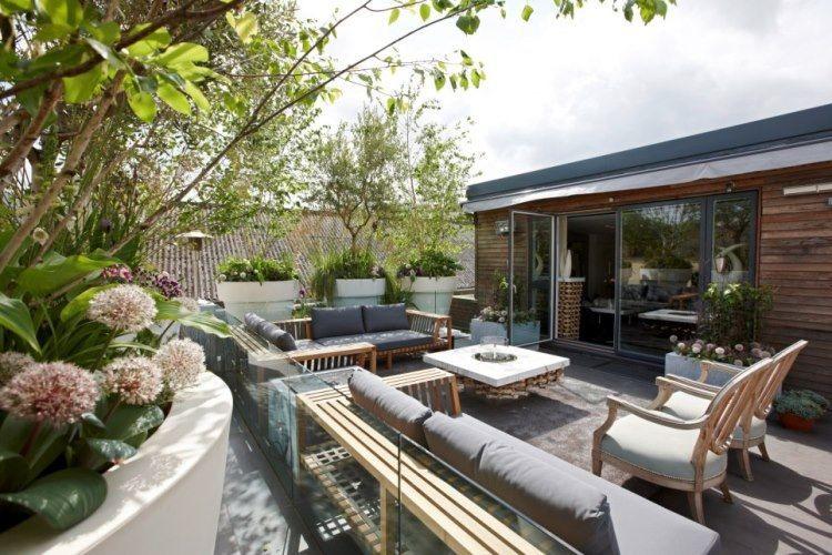aménagement terrasse moderne avec mobilier en bois et foyer ...