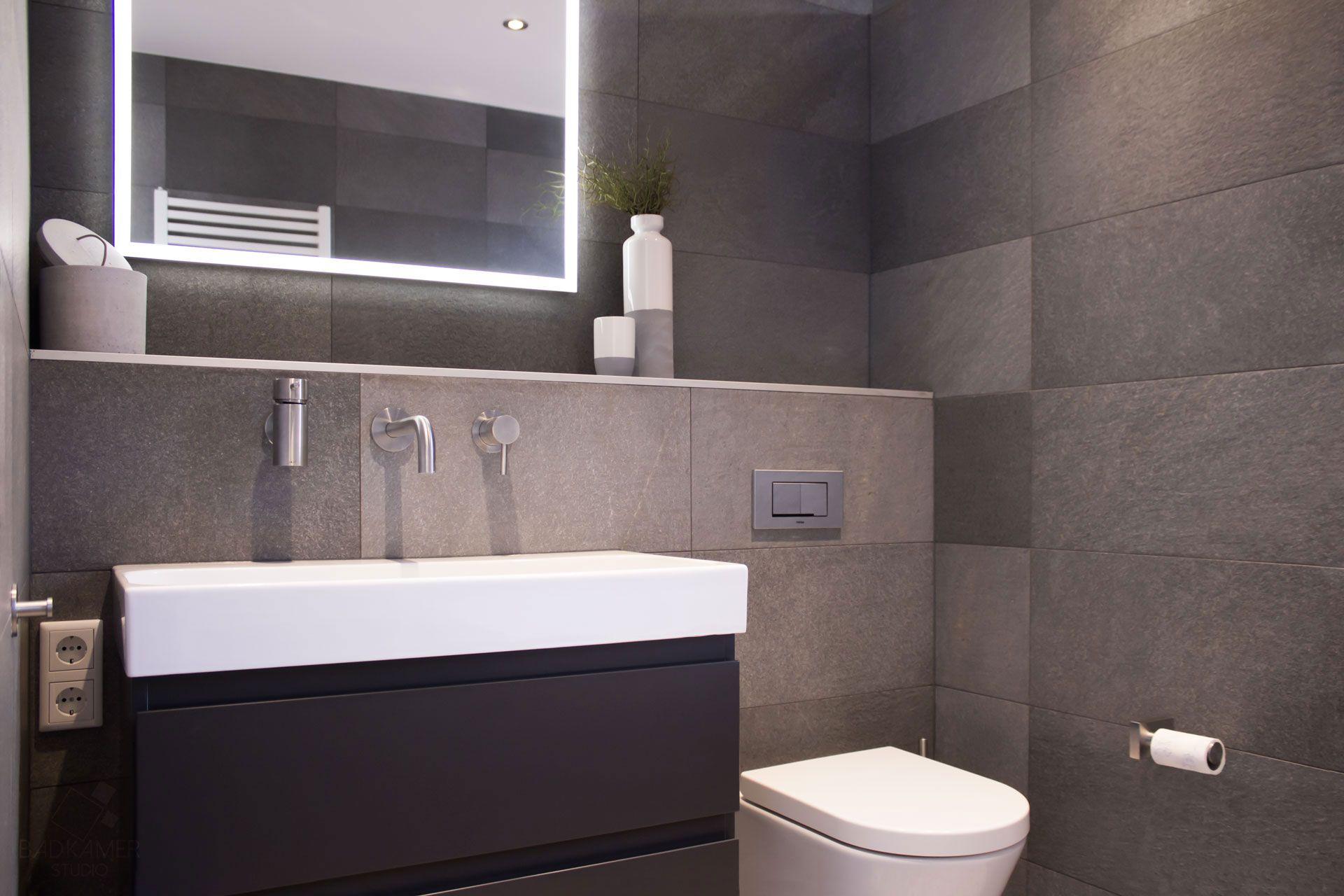 Moderne badkamer in vleuten met antraciet tegels, greeploos gelakte ...