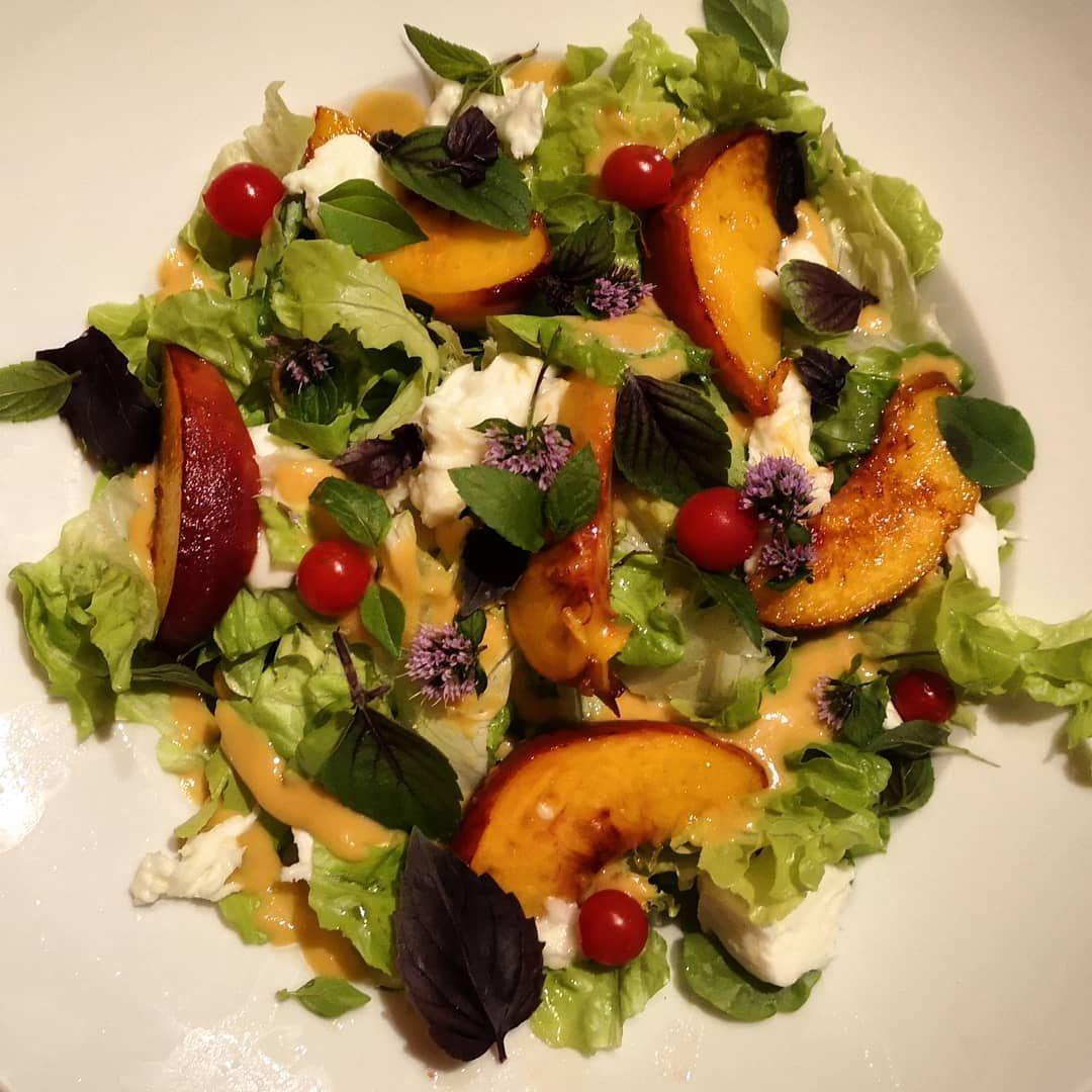 Salat-Dienstag 🍑 Heute mit Büffelmozzarrella, gebratenen Pfirsichen, Basilikum, Minze und mini Tomaten. Für das  fruchtig, frische Dressing habe ich einfach einen Pfirsich mit Zitrone und Olivenöl, sowie Gewürzen püriert. Heiß  kalt, herzhaft, süß und knackig, lecker! Mehr Rezepte, Küchentipps, Geschichten und Übungen findest Du unter www.8sam-