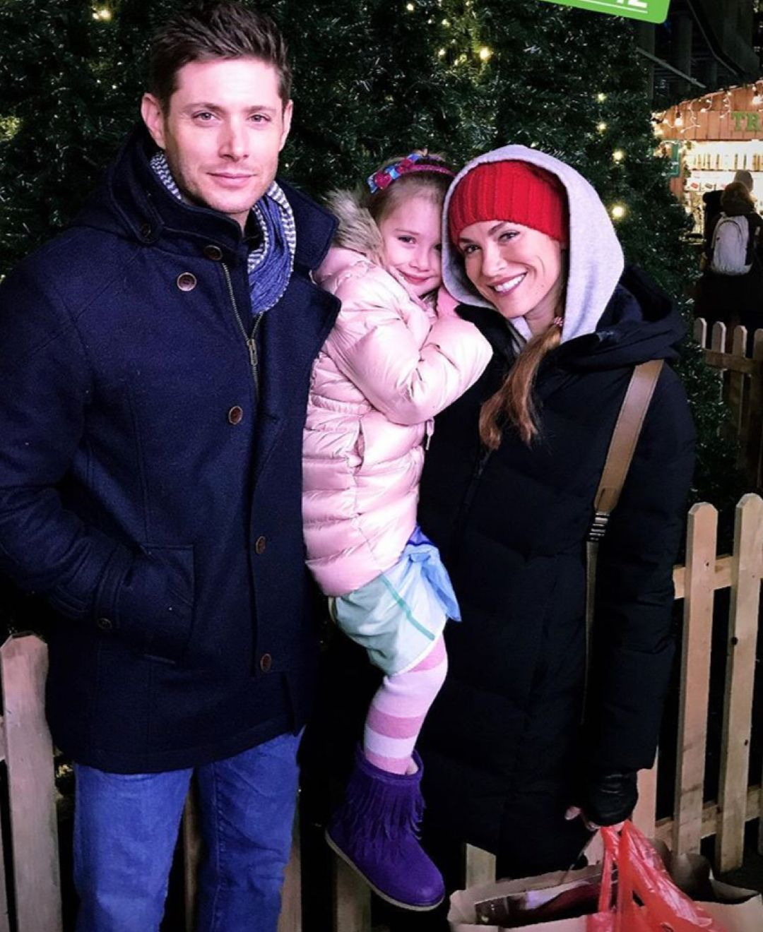 3,651 отметок «Нравится», 22 комментариев — JensenAcklesFan ❤️ (@jenacklesfan) в Instagram: «@jensenackles, @danneelackles512 and #JJ at the Vancouver Christmas Market!! 💖 ➡️Credit:…»