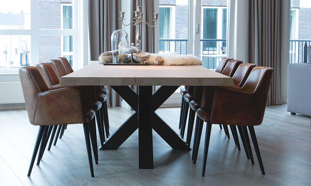 Binnenkijken bij de stijl van maarten woonstijl modern goossens wonen en slapen - Oude tafel en moderne stoelen ...