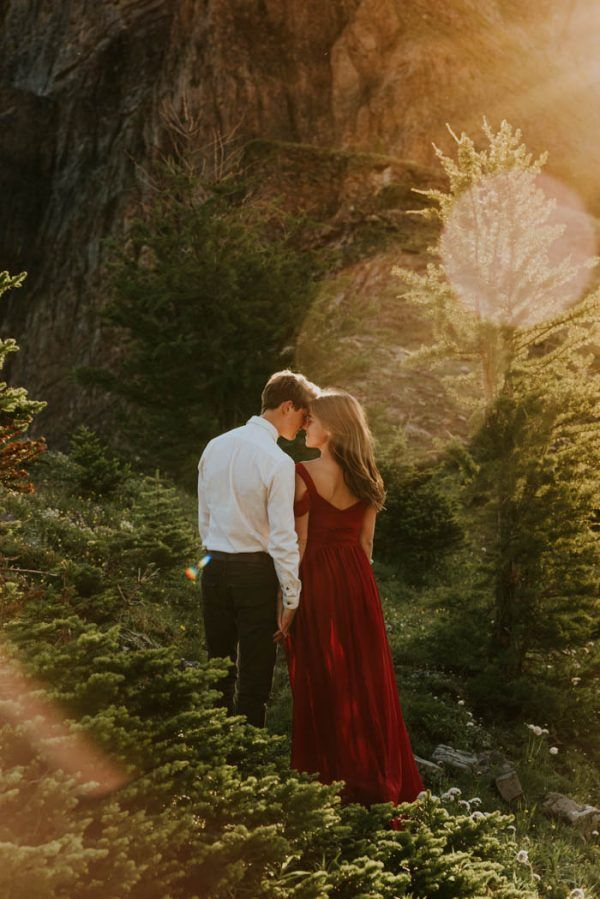 Cette session Kananaskis Country Sweetheart comprend une lumière dorée et une robe rouge audacieuse | Mariages Junebug   – couple •
