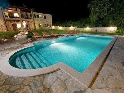 Haus mit Pool in der Nacht