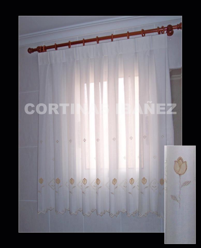 Cortina en visillo bordado en una ventana del cuarto de baño ...