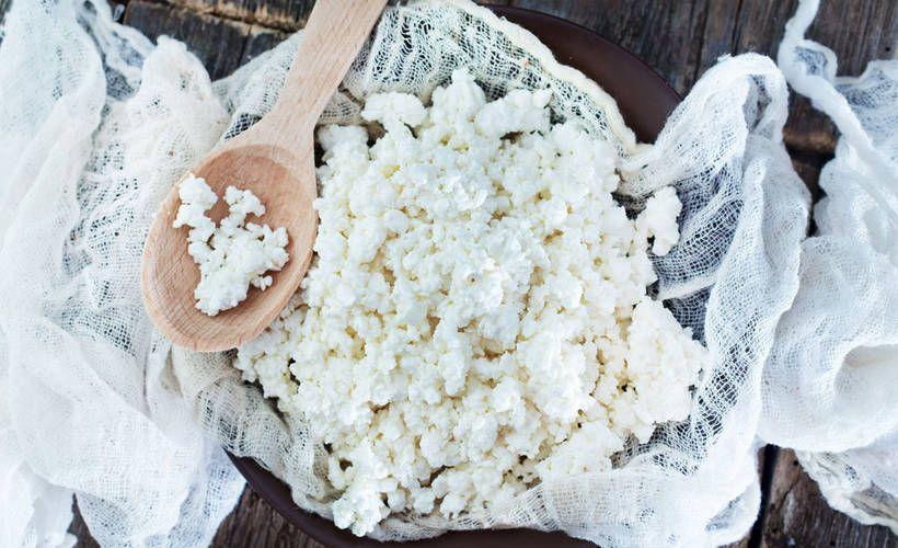 Jos haluat hemmotella itseäsi ja muita, valmista kotitekoista ricottaa. Todella helppotekoisen ricottan tekemiseen tarvitaan vain maitoa, kermaa, suolaa ja etikkaa.