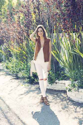 louise roe blogger white top white ripped jeans ripped jeans white jeans suede jacket sleeveless flats white bag