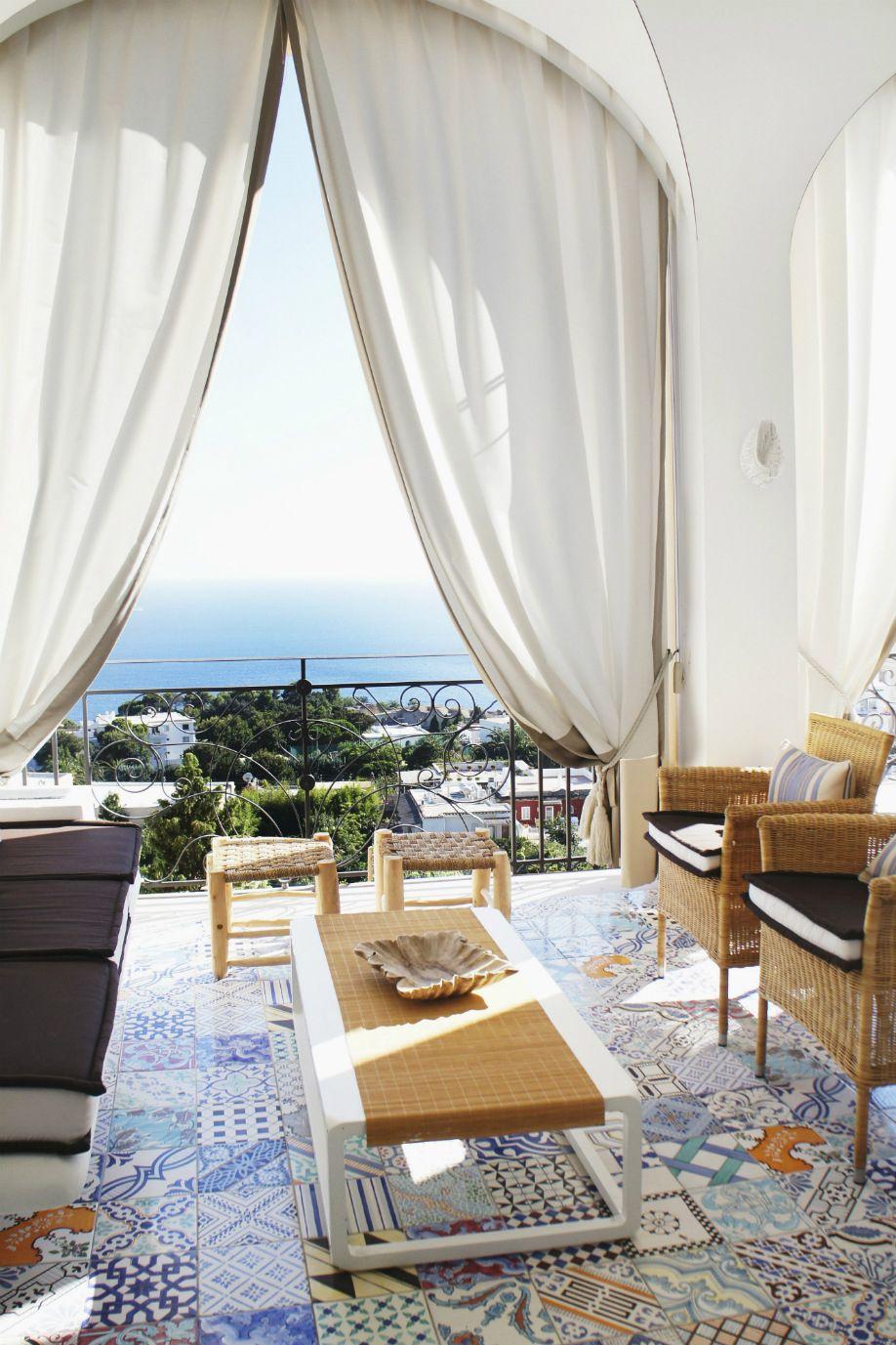 casa in stile mediterraneo pavimento a mosaico terrazza