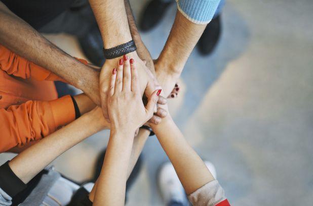 Activités sportives, yoga le midi, activités de consolidation d'équipe (team building), conférences, 5 à 7, party de Noël… les façons de renforcer les liens entre collègues sont nombreuses et diversifiées.