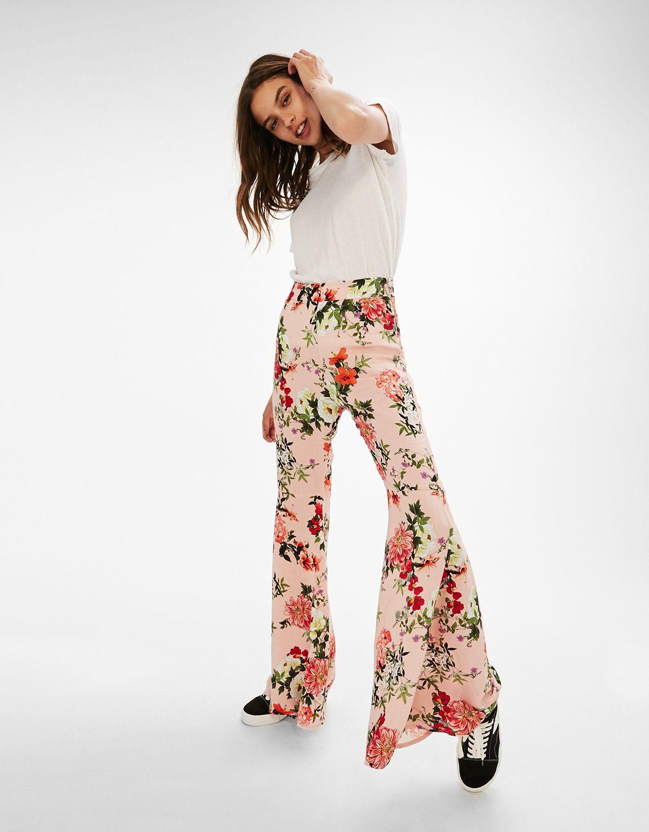 bee7f077fb Pantalón ancho estampado flores. Descubre ésta y muchas otras prendas en  Bershka con nuevos productos