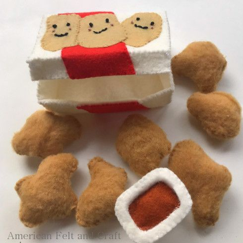 Free felt food pattern and tutorial for felt chicken nuggets, chicken nugget box and sauce cup. #felttoys