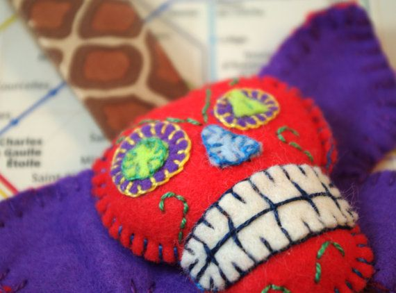 Skull cavalera keychain mexican sugar skull by CaptainCrochette. €20,00 EUR, via Etsy.