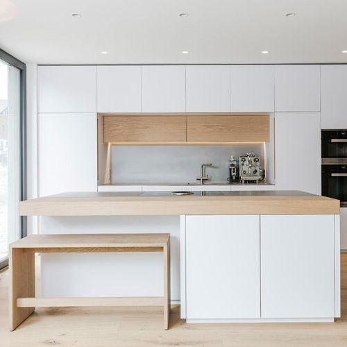 durchgehend ge ffnetk che garderobek cheneinbau bergehend in garderobenschr nkematerialien. Black Bedroom Furniture Sets. Home Design Ideas
