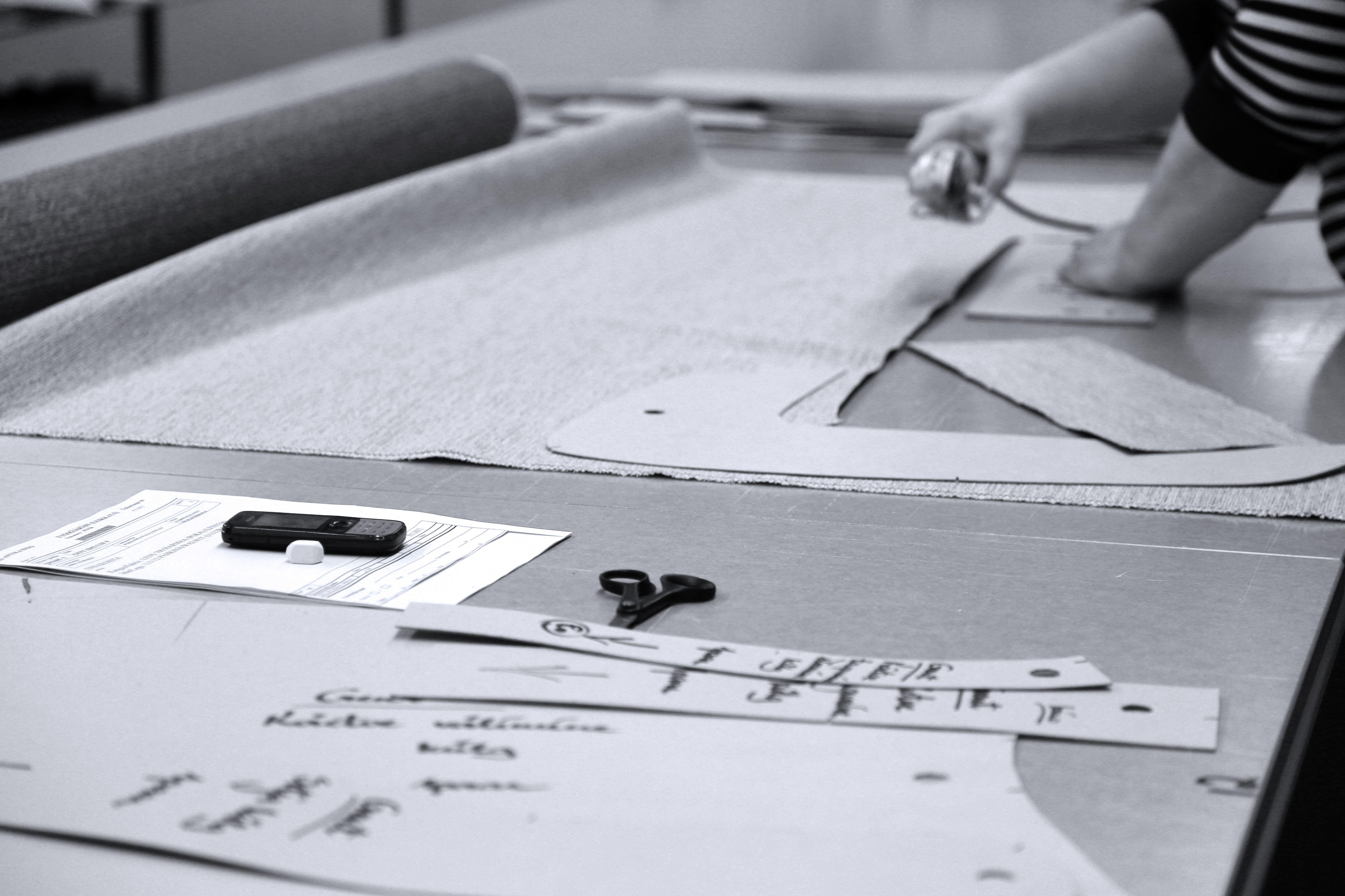 Työvaihe: Kankaiden käsinleikkaus ✂ | Craft: Fabric cutting by hand ✂ Tuotantolinja: Sohvat | Production line: Sofas  #pohjanmaan #pohjanmaankaluste #käsintehty #craftsman #craftsmanship #handmadefurniture #furnituremaker #furnituredecor