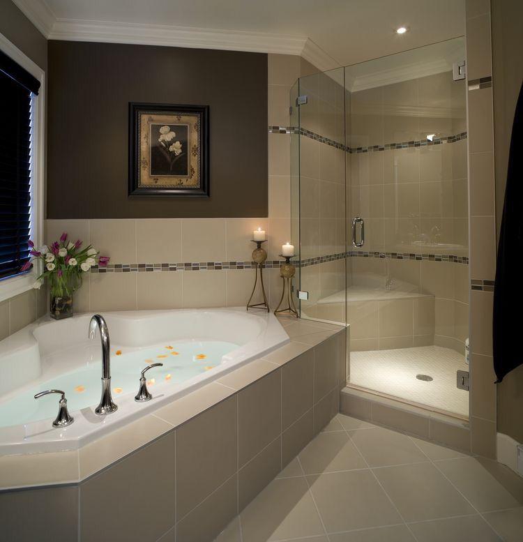 Salle de bain moderne avec grande baignoire et douche, ambiance ...