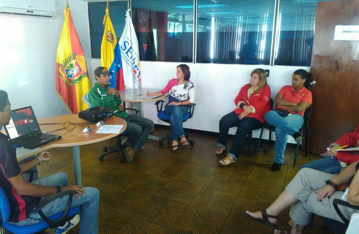 @FEdumedia : RT @RadioEducativaV: #Ahora Martina Puchi #Zulia Autoridad Única Neuro Ramírez  Plaza Bolívar Maracaibo Oír https://t.co/mlj5oVRpuu