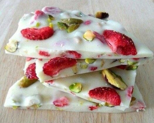 Frozen yogurt bark with pistachios and strawberries