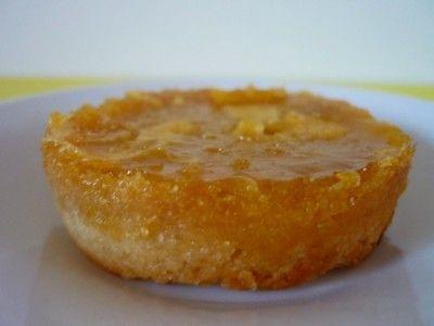 Recette pour 12 petits ronds Moules à Muffins Préparation: 20min Cuisson: 30min (15min + 15min) à 175°C Ingrédients: Pour le biscuit: - 40g de sucre roux - 1 sachet de sucre vanillé - 100g de farine - 60g de purée d'amande blanche bio (ou 60g de beurre...