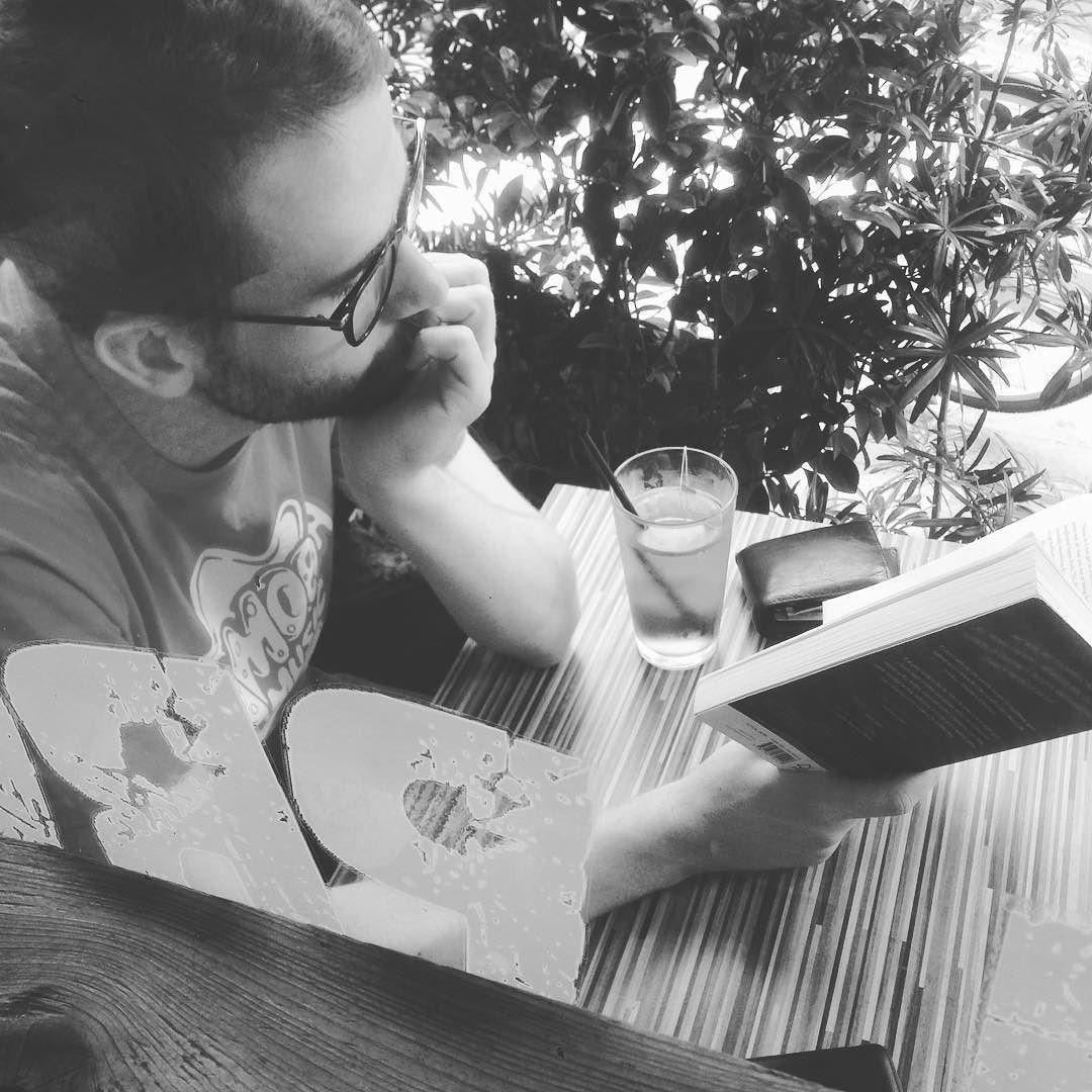 坐在店內的吧台我與他之間僅有30cm 的距離確絲毫不影響他的讀書興致...果然 #歪果仁 就是比較厲害