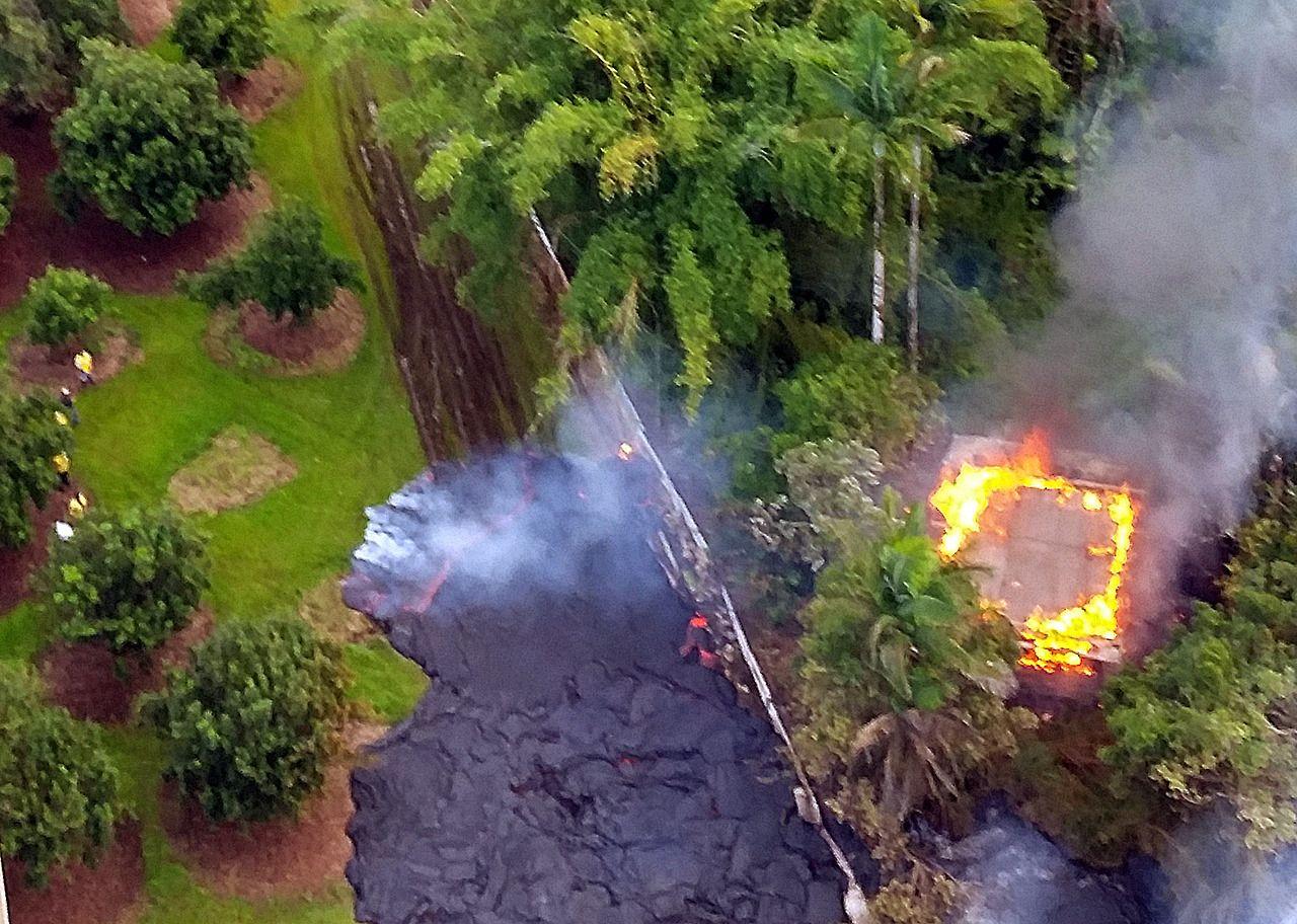 ERUPCION DE UN VOLCAN EN HAWAII. Una casa se quema cuando la lava ...