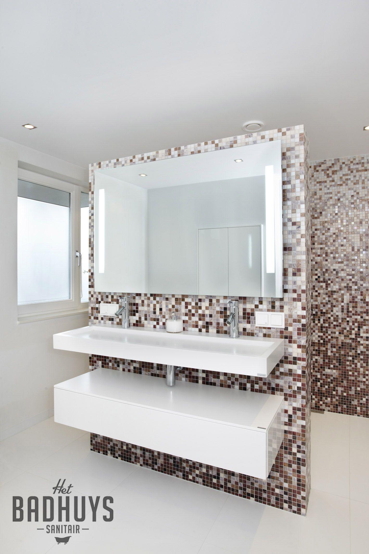 badkamer met mozaik patroon en strakke wastafel het badhuys