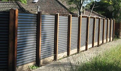 corregated metal fence corrugated iron fences fences backyard stuff pinterest z une. Black Bedroom Furniture Sets. Home Design Ideas