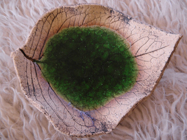 Lístek Šamotová hlína, zdobená tavným sklem. Cca 15x13 cm. Vhodná i do myčky.
