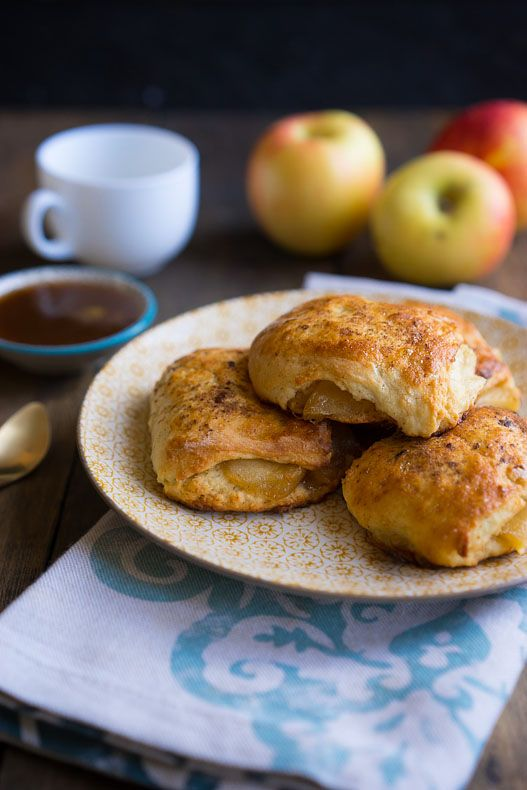 Яблочные булочки с соусом, Яблоко - 1 шт. Сливочное масло ...