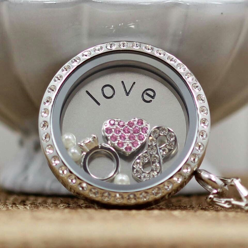 """Relicario con cristales, moneda """"love"""", 3 dijes y 3 perlas. Crea tu propia historia!   http://southhilldesigns.com/esthergonzalez ID 655517 ventas en todo México, EUA, Canada, Reino Unido, Puerto Rico y Republica Dominicana."""