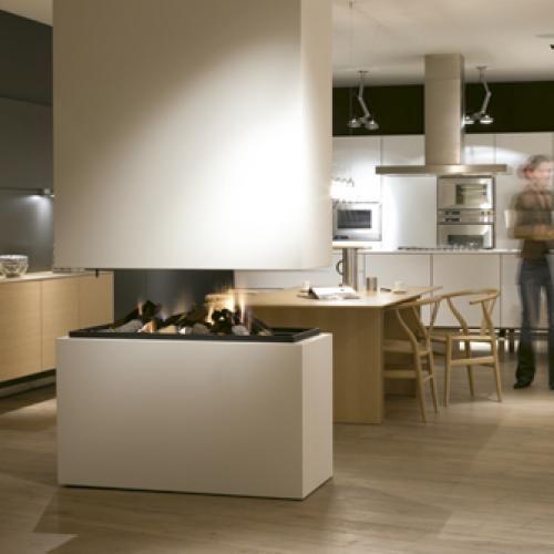 Doorkijk haard in de keuken door de haard op tafelhoogte te plaatsen heeft men door de hele - Keuken open concept ...