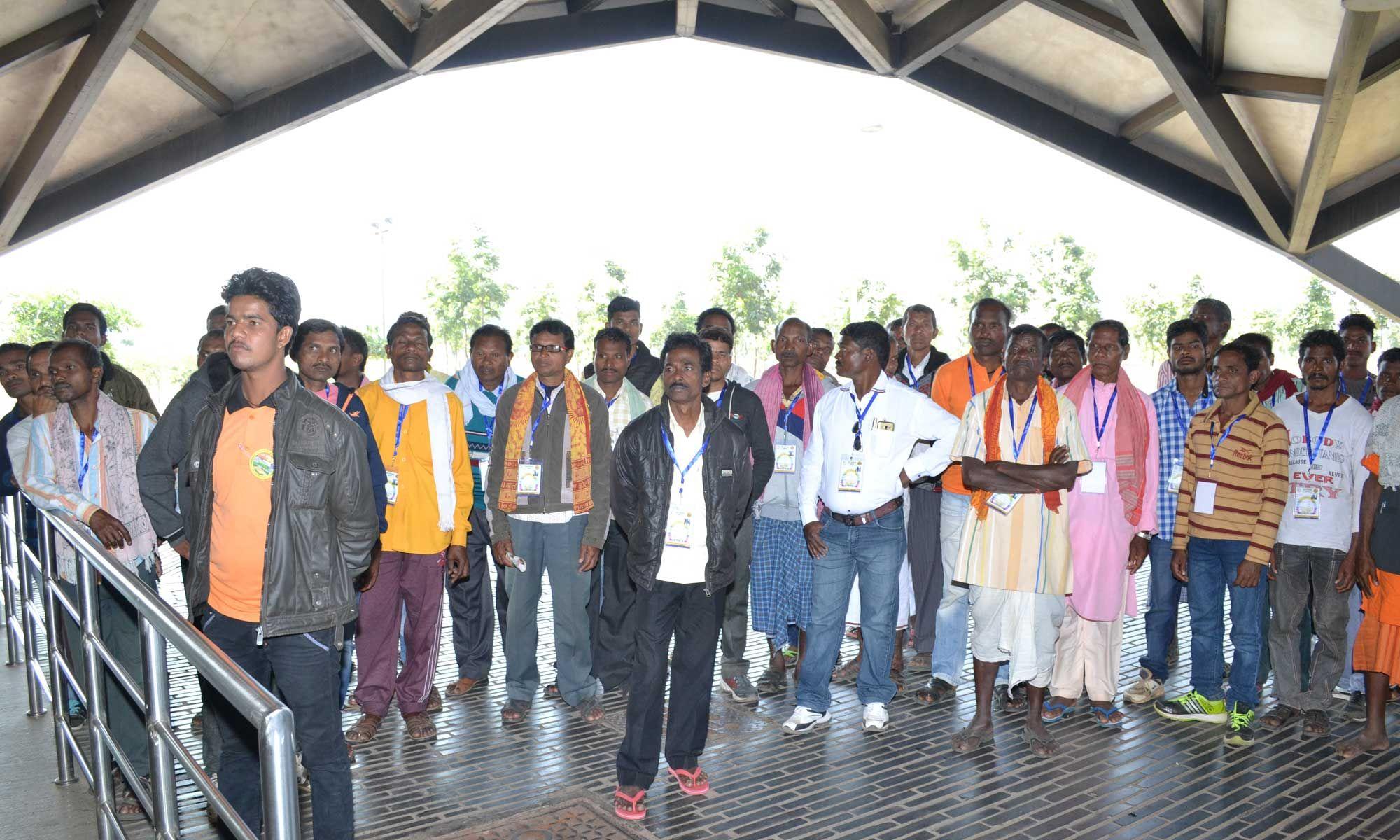 सुकमा जिले के सहकारिता प्रतिनिधियों ने सचिव एवं प्रशासनिक ब्लाक का भ्रमण किया. प्रदेश के प्रशासनिक कार्यों के नियन्त्रण का मुख्यालय है मंत्रालय. यहाँ रजिस्ट्रार श्री भगवान सिंह कुशवाहा ने उन्हें मंत्रालय की संरचना और व्यवस्था की जानकारी दी. रैम्प पर चलकर पांचवी मंजिल तक पहुंचे प्रतिनिधियों ने नया रायपुर का नजारा देखा.