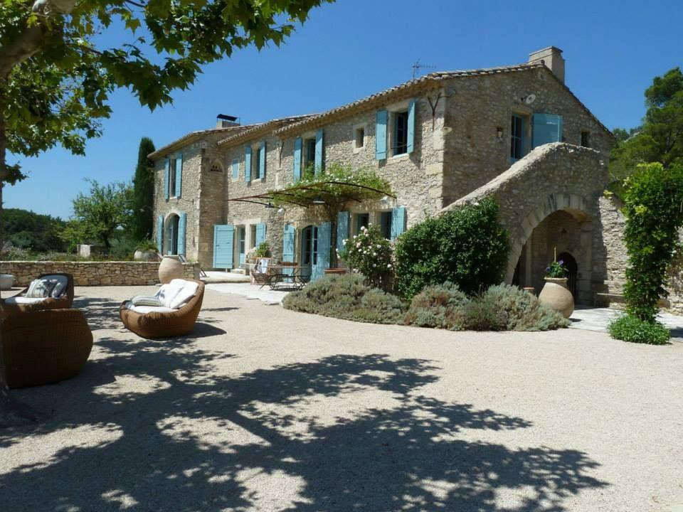 Casale in pietra con finestre colorate old is gold for Casa francese di abiti e profumi