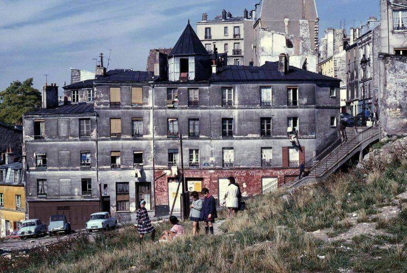 La rue Vilin photographiée par © Léon-Claude Vénézia en mai 1967  (Paris 20ème)Terrain en friche,fenêtres murées avant la démolition programmée.