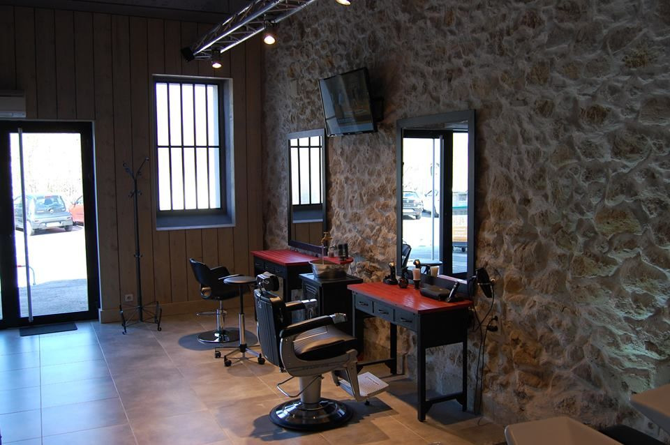 Salon De Coiffure Ambiance Vintage Les Coiffeurs Du Sud Julien Besson Nos Realisations Meubles Pour Coiffeur Paris Mobilier De Salon Salon De Coiffure Salon