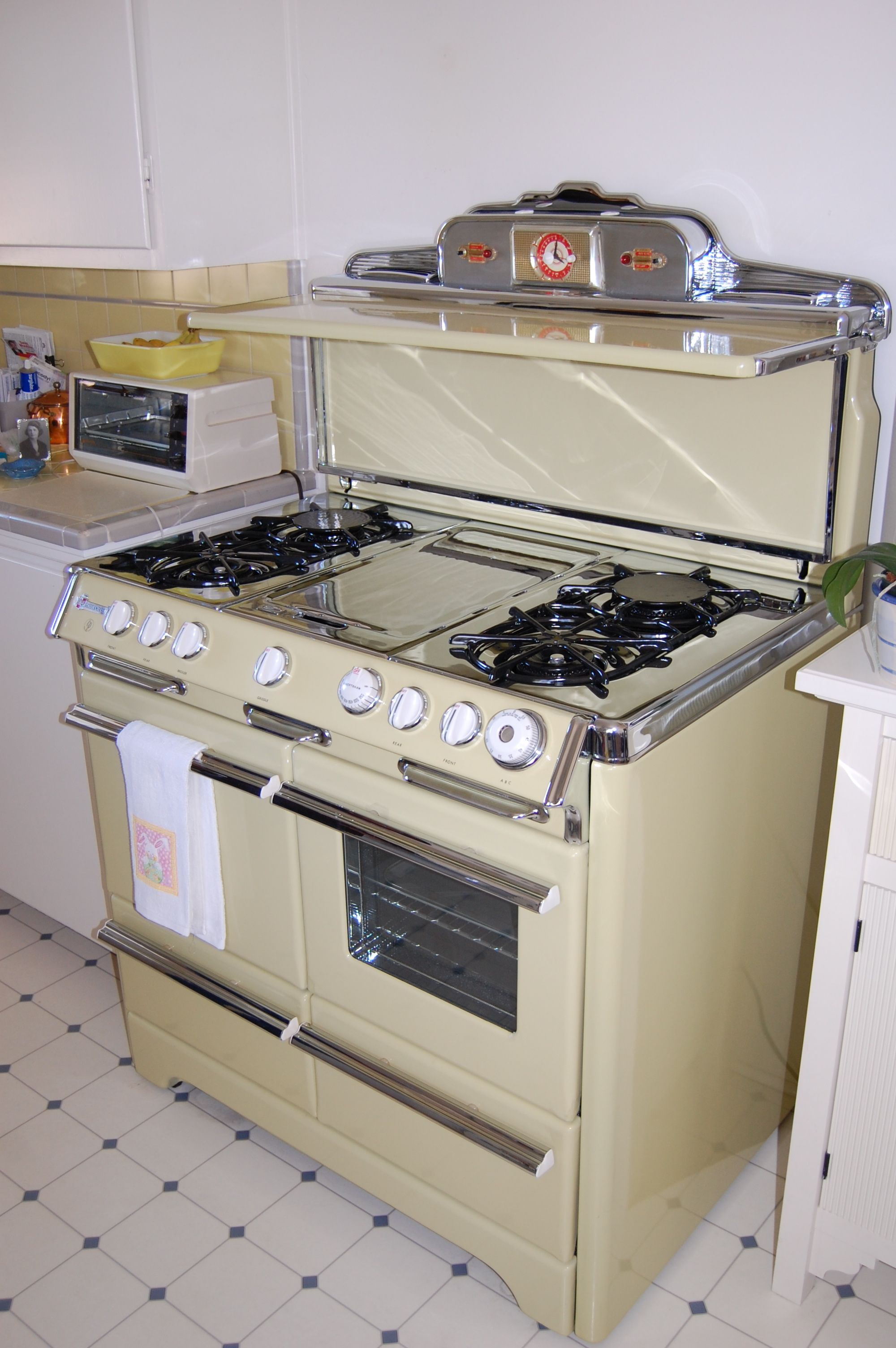 ROPER TOWN & COUNTRY STOVE WITH EIGHT BURNERS, TWO OVENS AND THREE ...