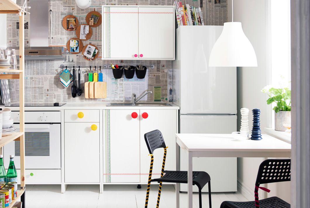Dapur Dengan Kabinet Ikea Putih Unit Rak Dan Area Makan Mayoritas Sudah Disesuaikan