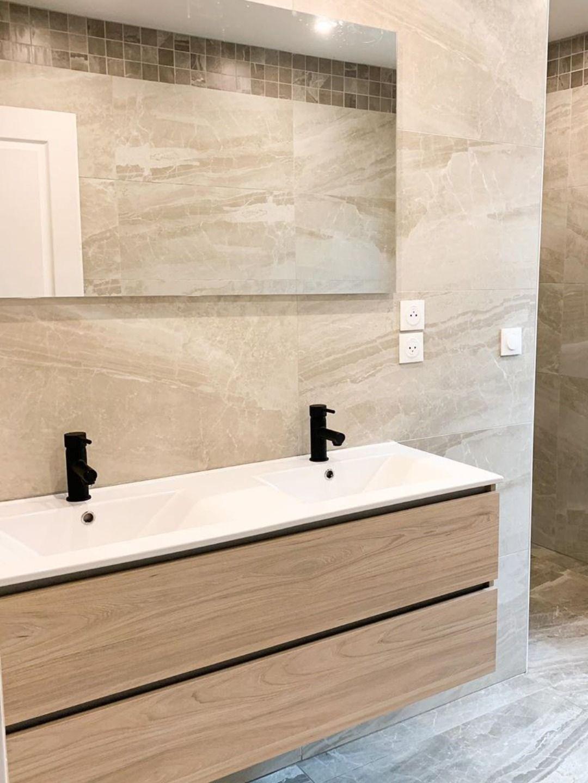 salle de bain meuble bois et marbre