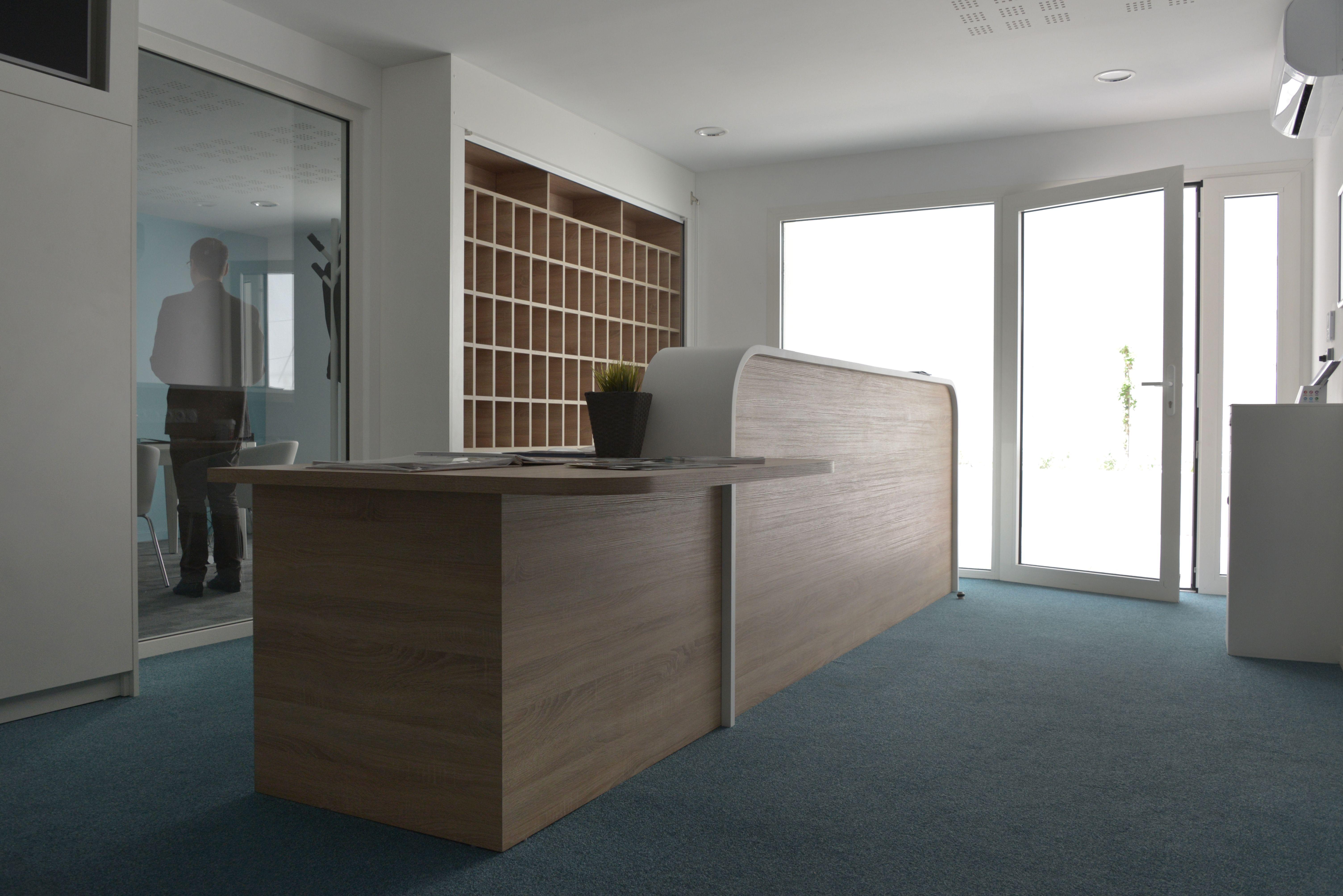 Comptoir De Reception Avec Meuble A Courrier Chene Et Laque Blanc Comptoir De Reception Plan Cuisine Comptoir